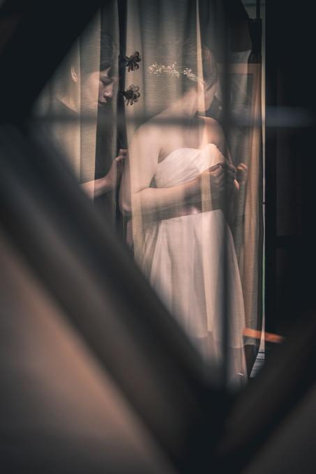 メイクルームで準備をする花嫁