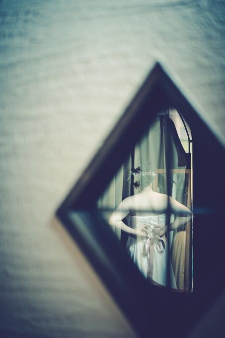 小窓から花嫁さんの後ろ姿