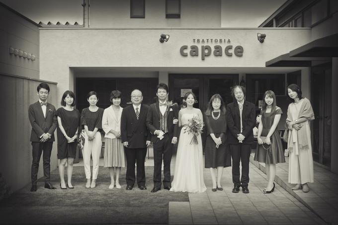 トラットリアカパーチェの前にずらりと並ぶ新郎新婦ご家族