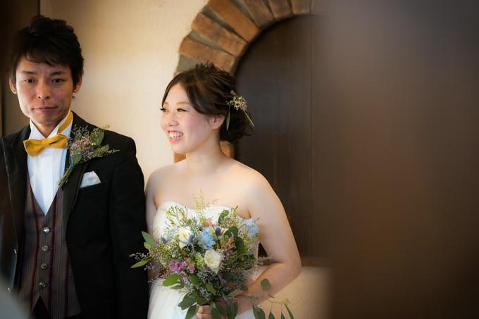 入場前に笑顔の花嫁