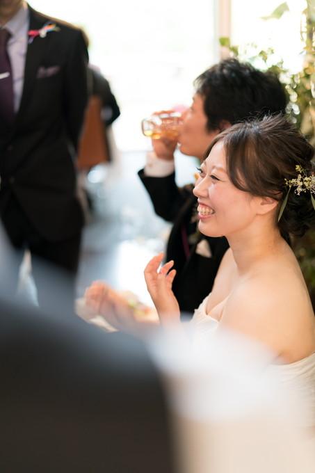 友人に囲まれて笑顔の花嫁
