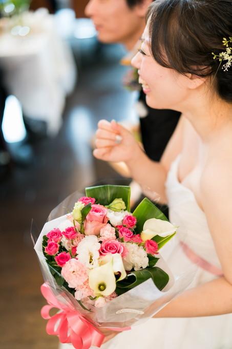 花束を受け取って笑顔の花嫁
