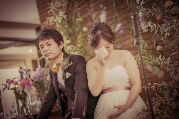 友達からのメッセージに涙する花嫁