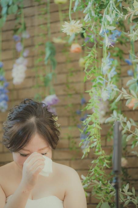感動して涙を流す花嫁