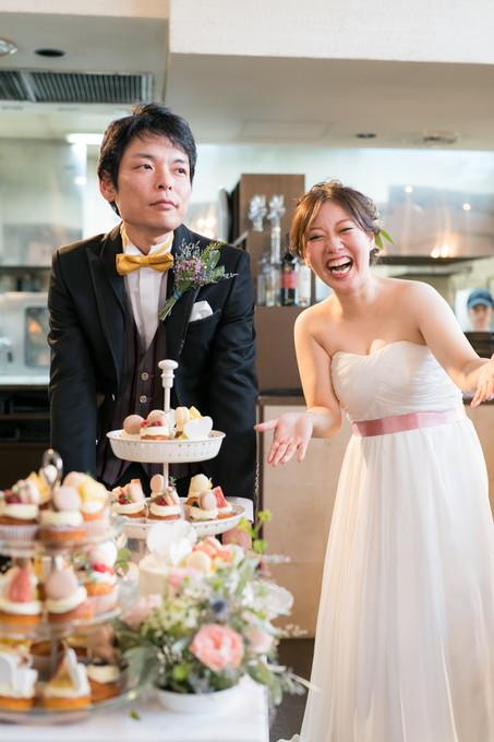 お召し上がれのポーズをする花嫁