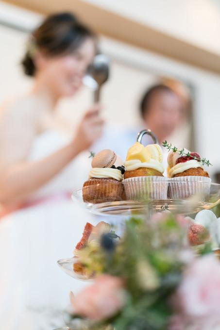 花嫁とサーブするカップケーキ