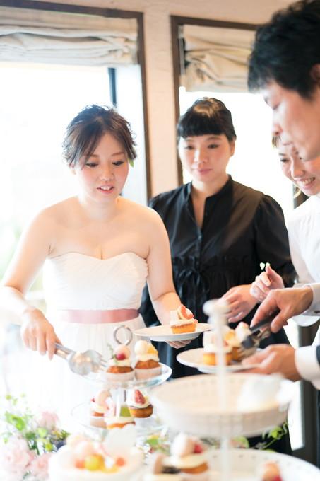 カップケーキをサーブする花嫁と新郎