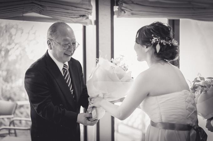 父に感謝の花束を渡す娘