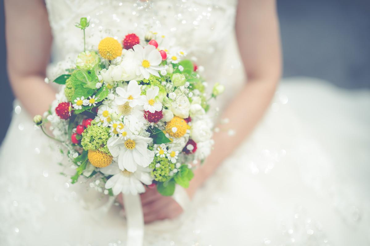 花嫁の持つかわいいブーケ