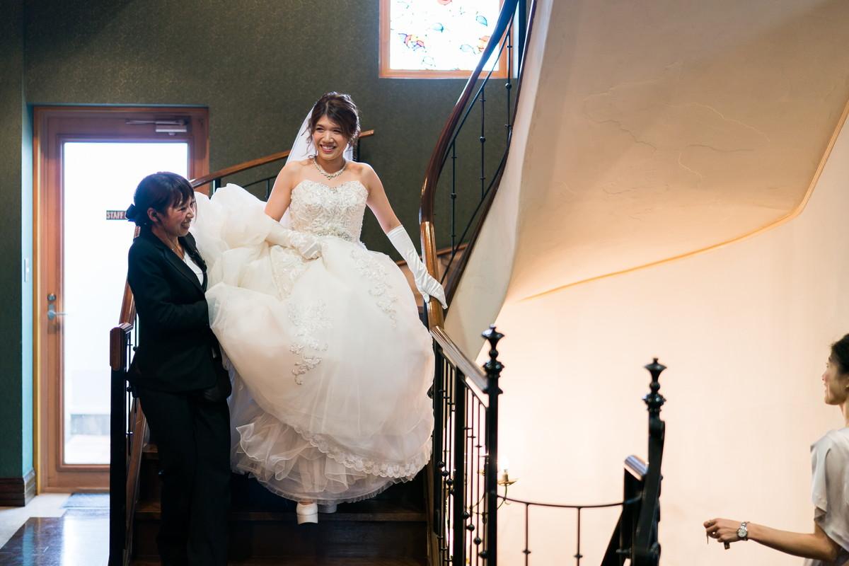 階段を降りる花嫁さん