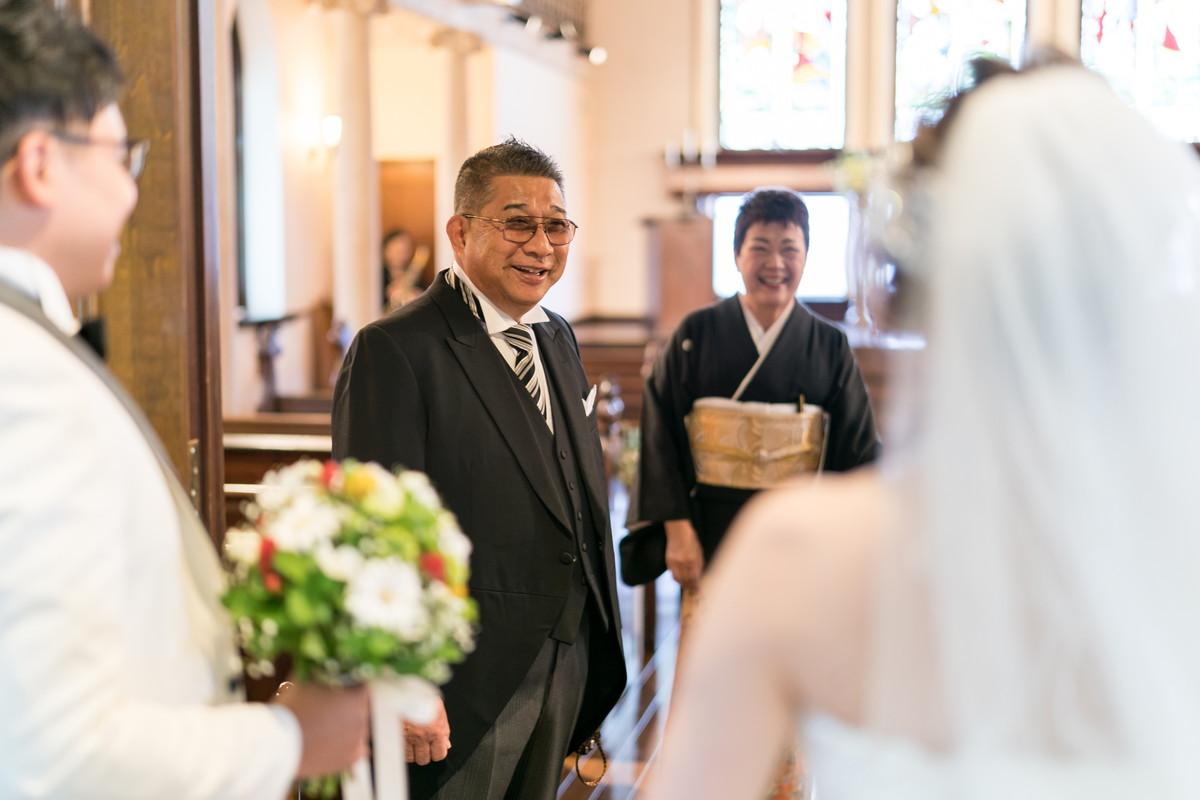 美しい花嫁を見てうれしそうなお父さん