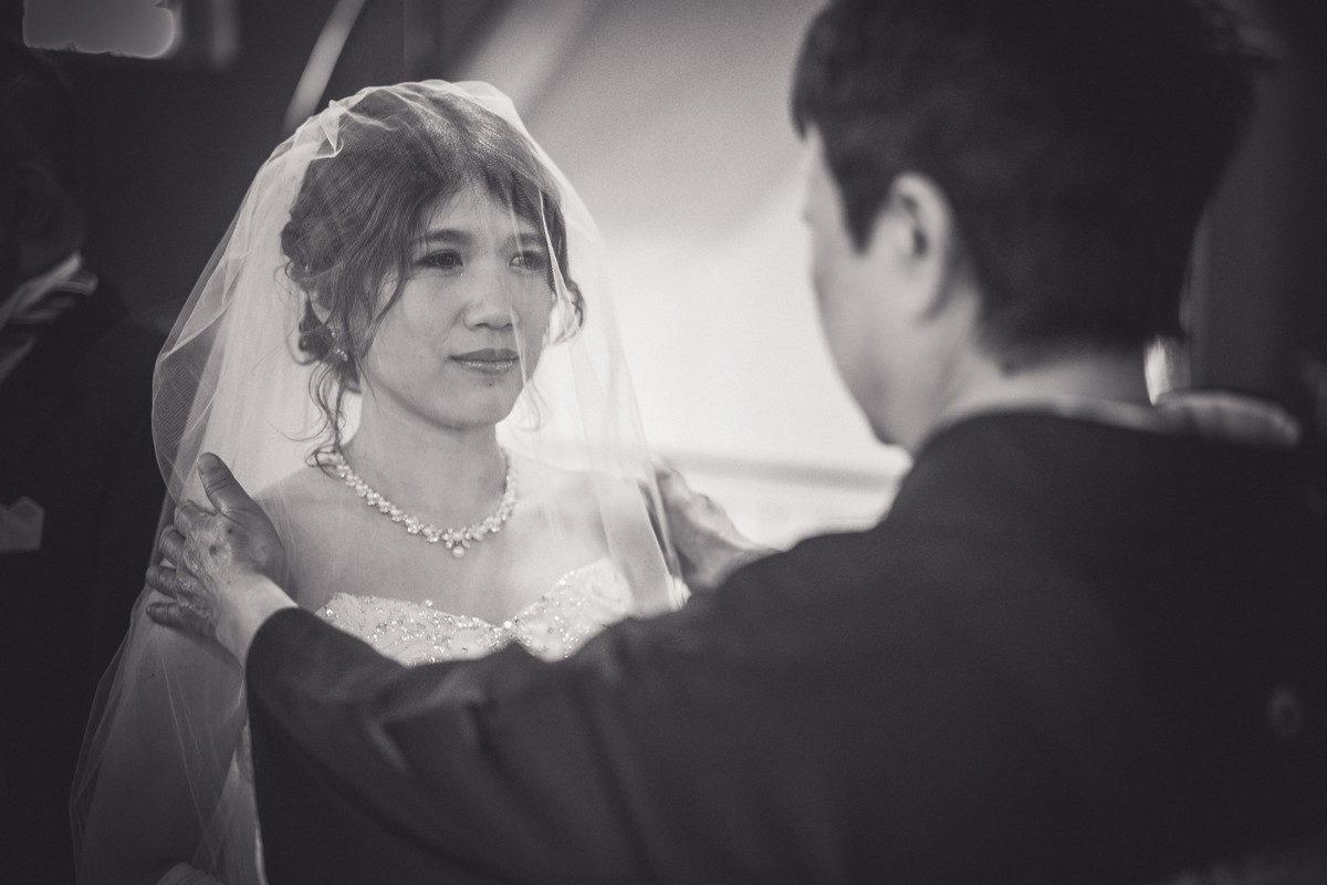 涙をこらえるベール越しの花嫁さんの表情がたまらない