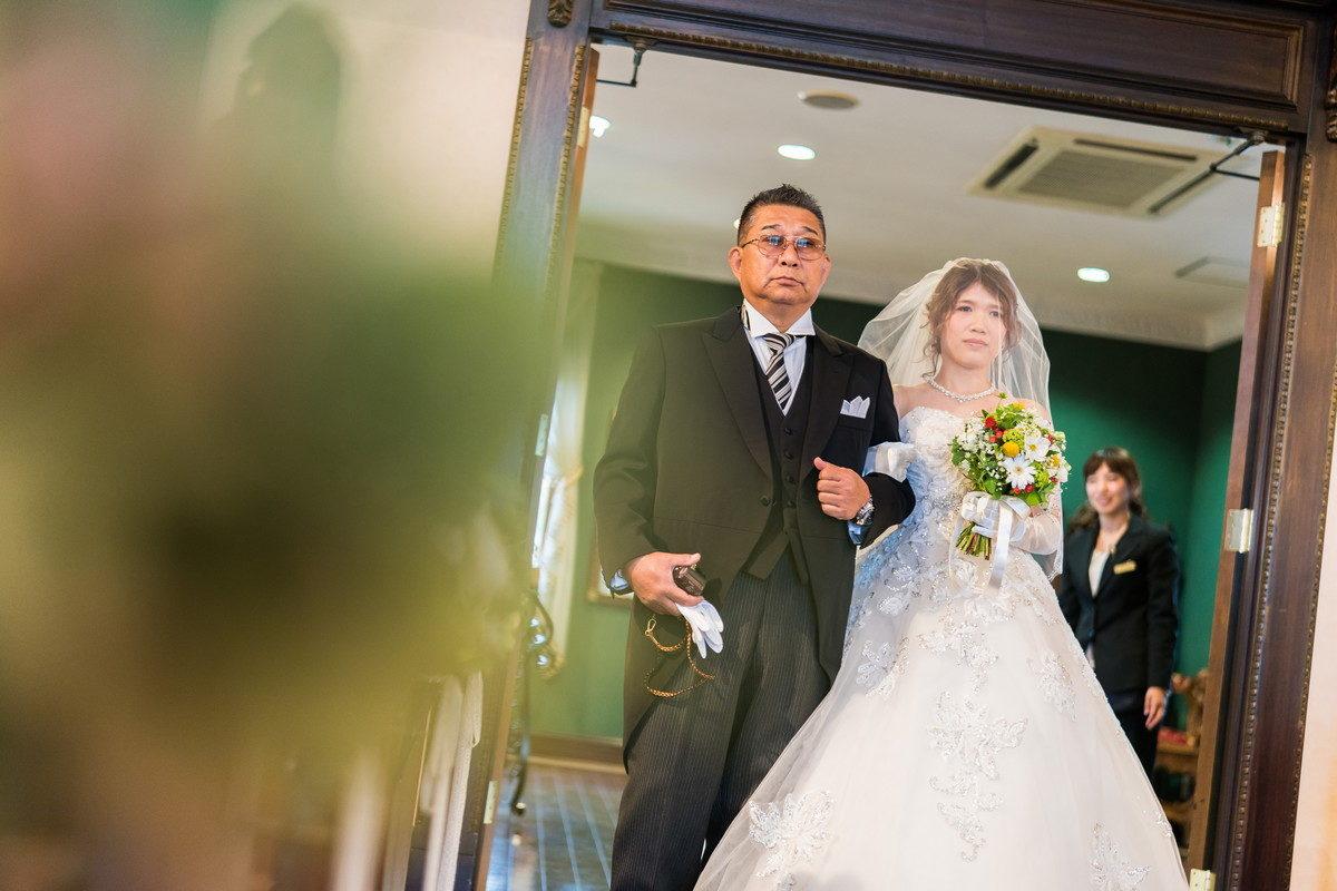 お父さんと花嫁の入場シーン すでに感極まるものを感じます