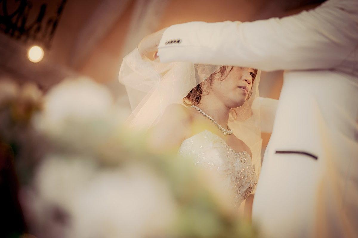 新郎さんにベールを挙げてもらう花嫁の表情が素敵なんです