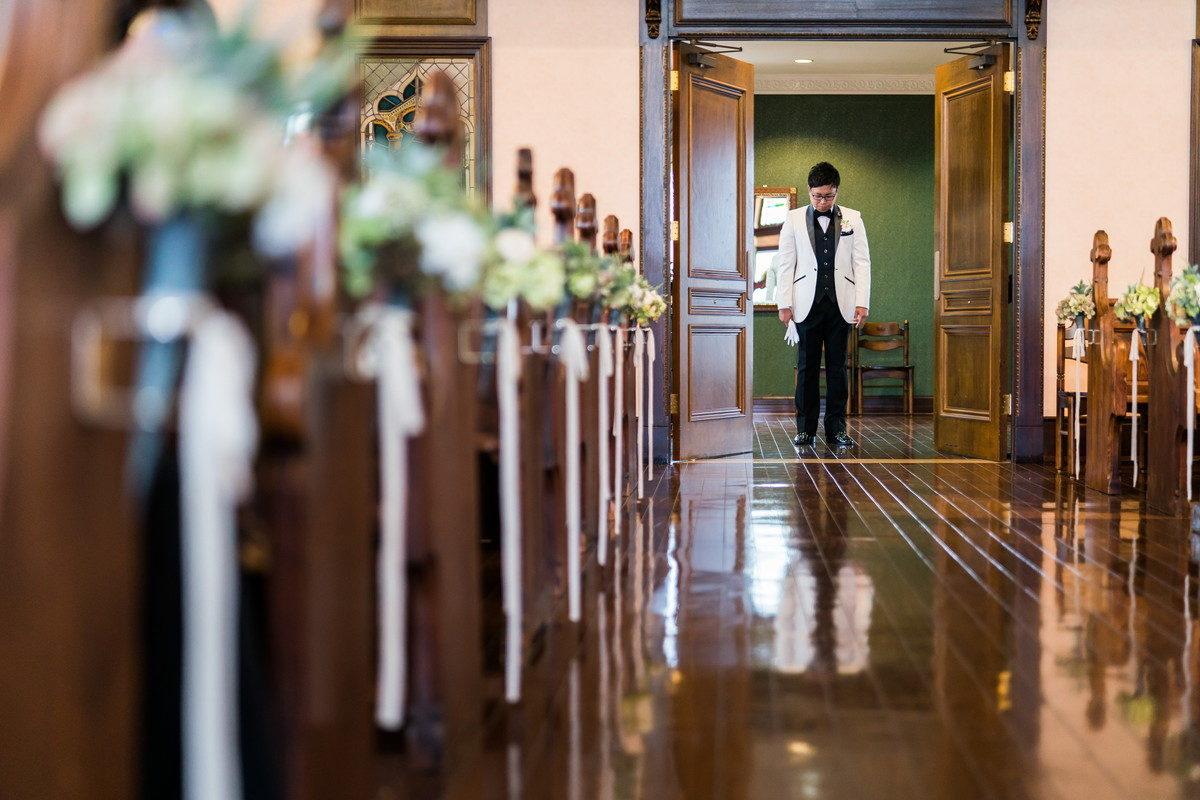 チャペルの扉が開いて新郎さんの入場シーンから挙式が始まります
