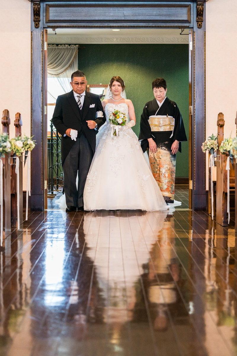 花嫁の入場シーン お父さんとお母さんも一緒に