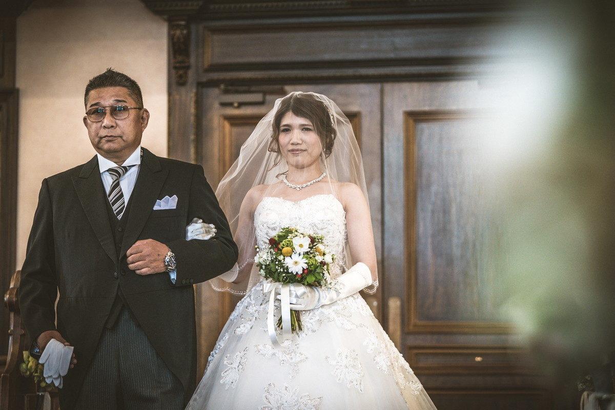 緊張がひしひしと感じられるお父さんと花嫁