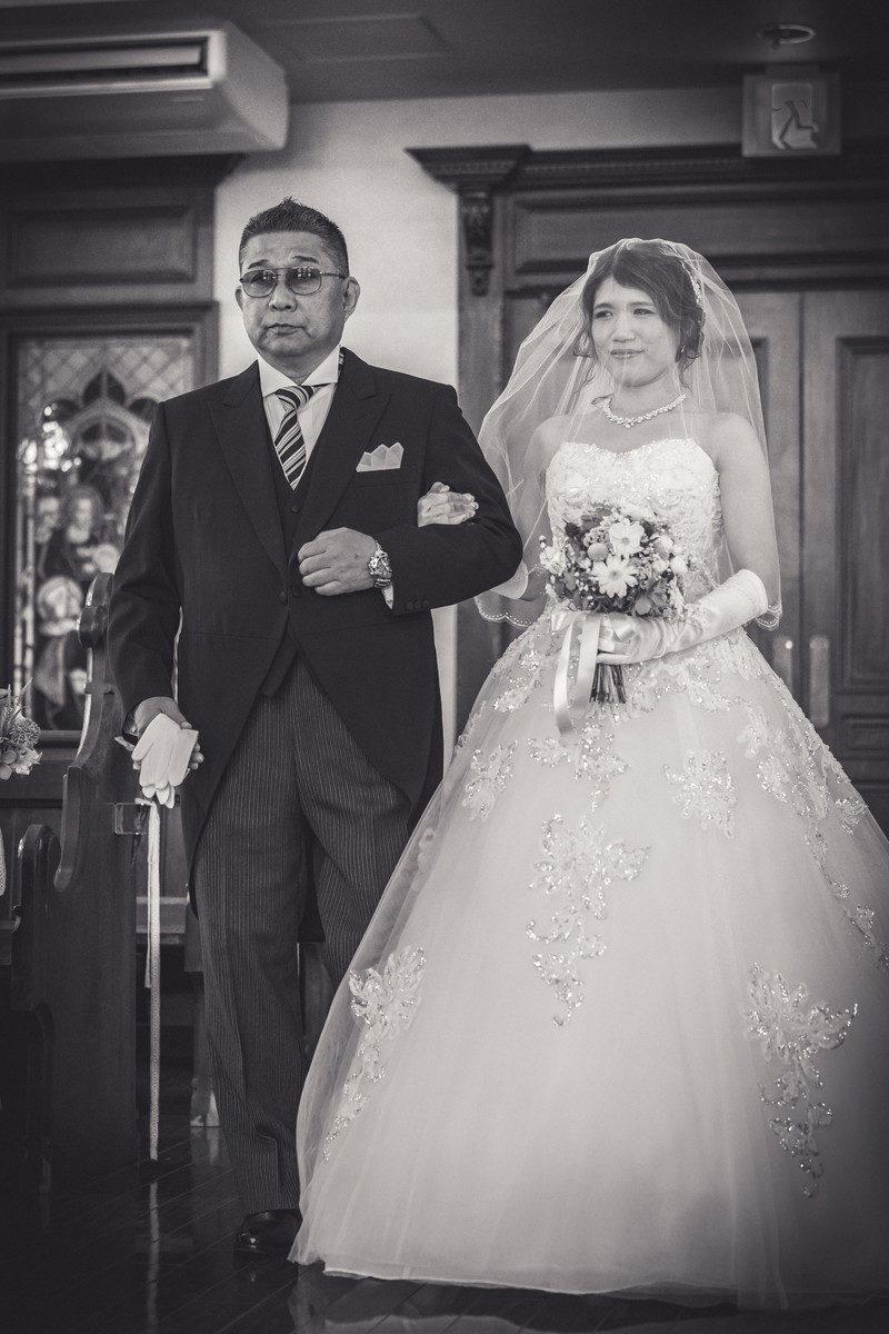 お父さんにエスコートされ笑顔お店る花嫁