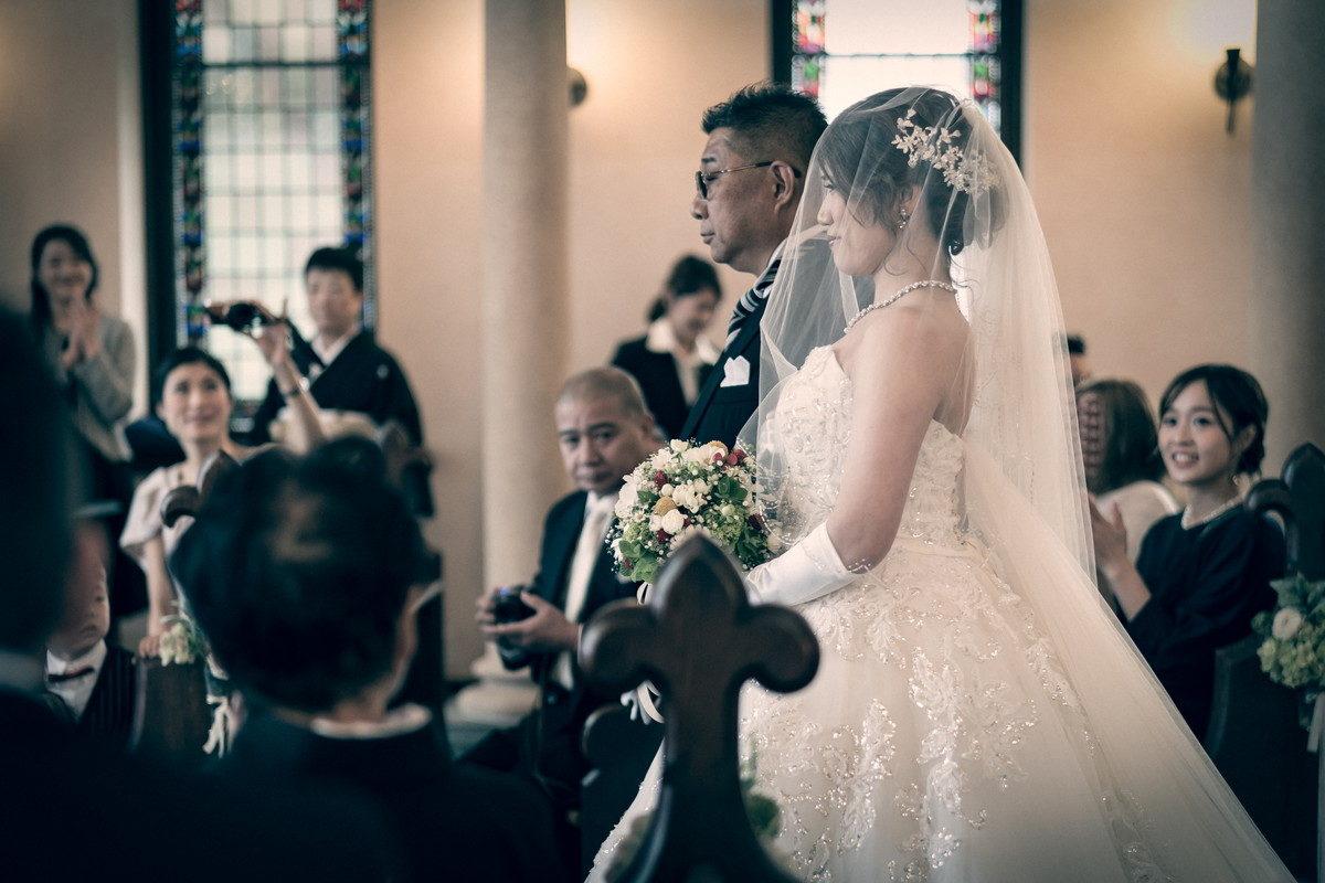 お父さんと歩く花嫁をサイドから撮影