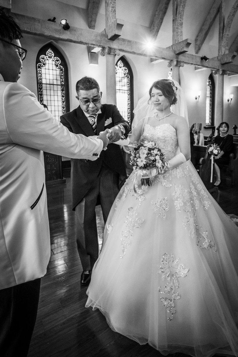 新郎に花嫁の手を渡すお父さん