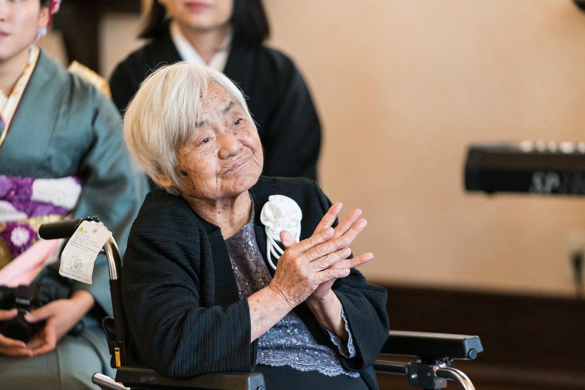 おばあちゃんも祝福の拍手をおくります