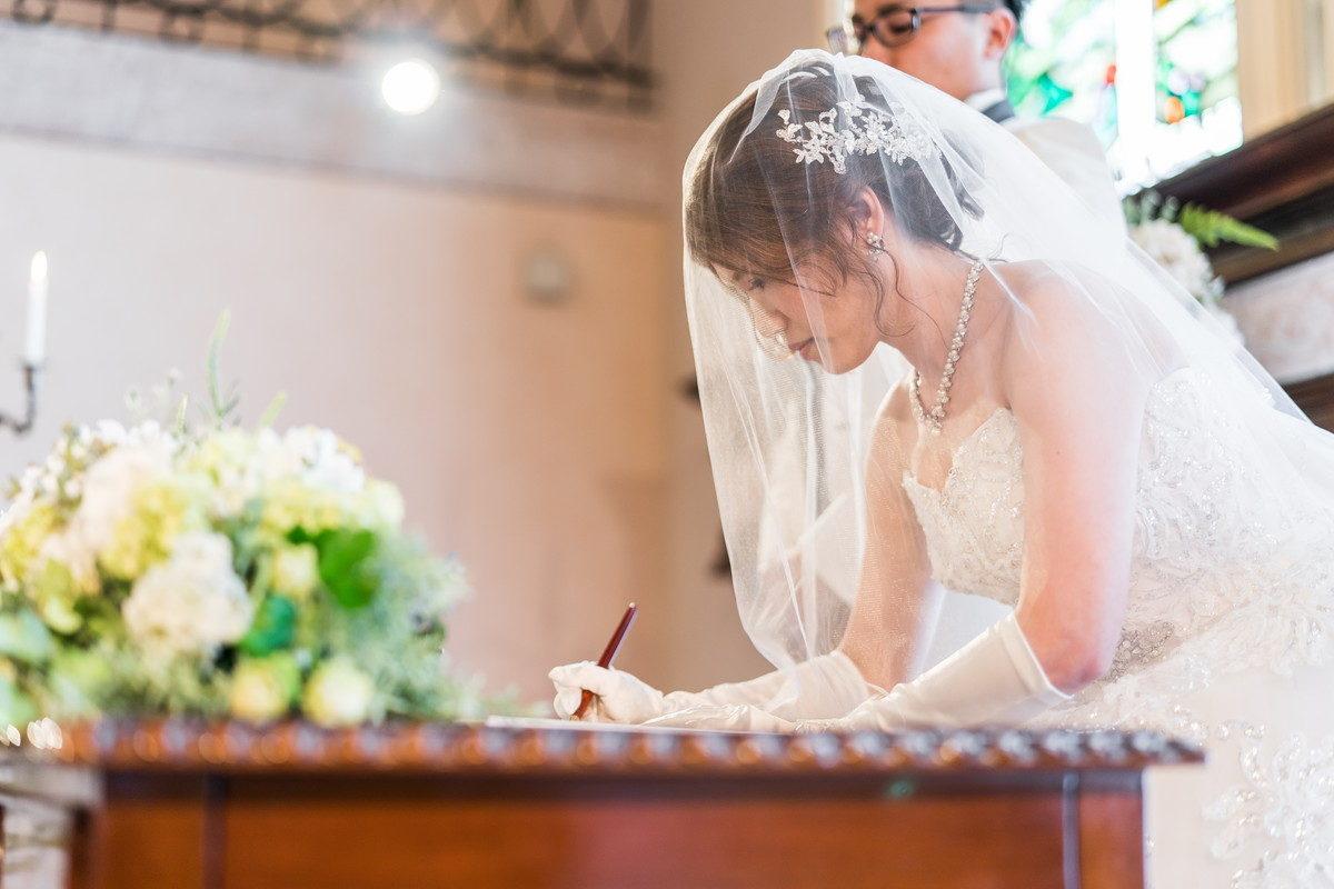 誓約書にサインする花嫁さん
