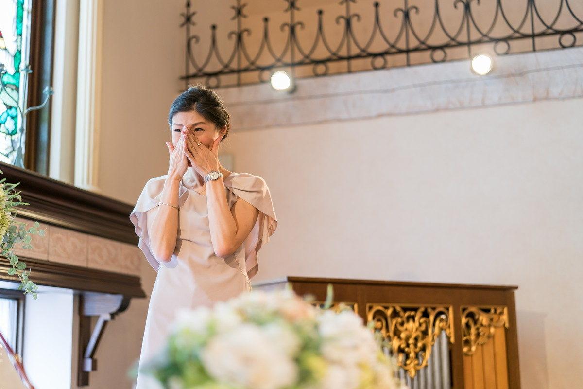 サプライズ演出に涙する花嫁のお姉さん