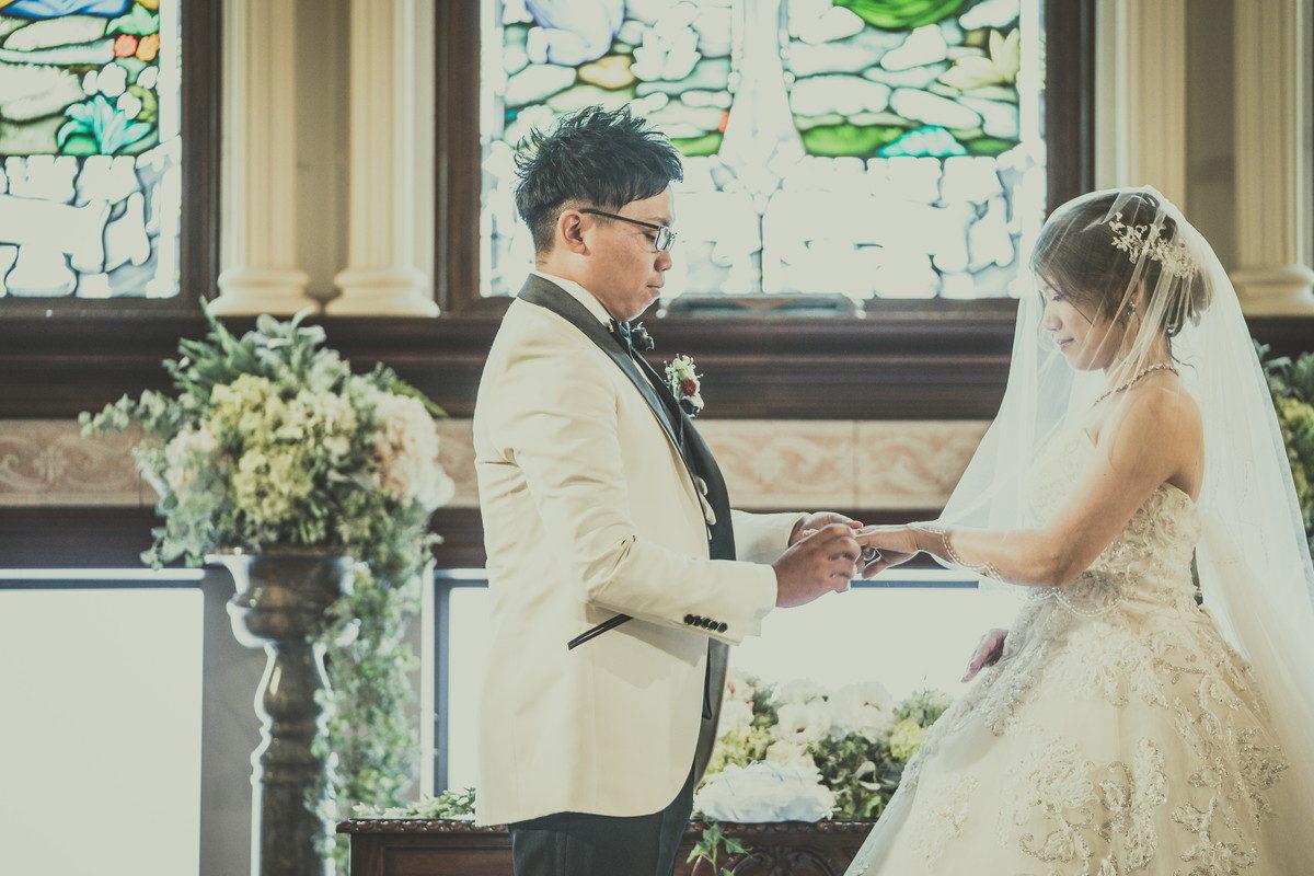 新郎さんから新婦さんへ結婚指輪贈呈