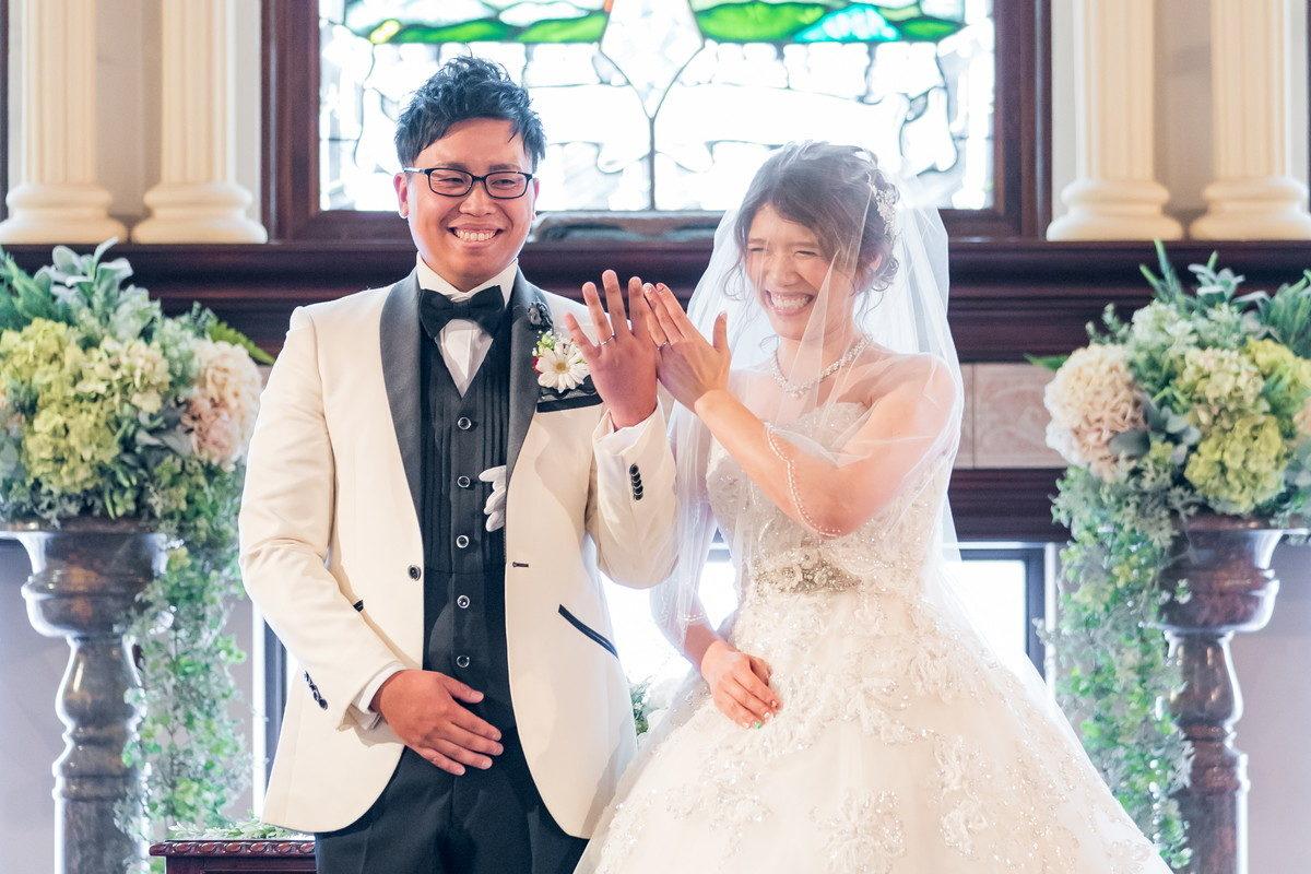 笑顔で結婚指輪を披露します