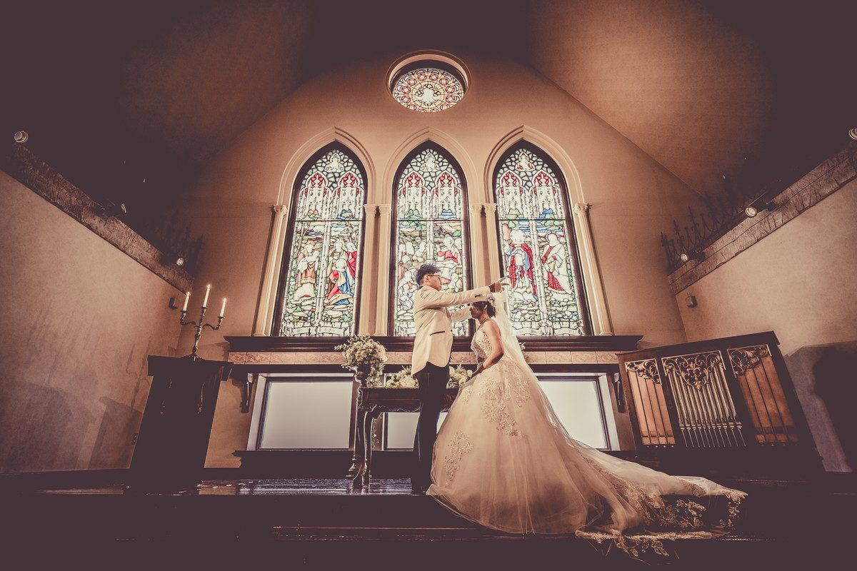 花嫁のベールを上げる新郎