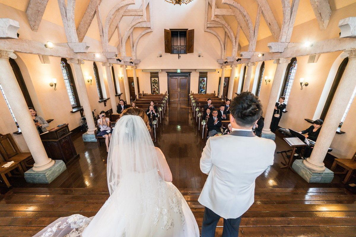 結婚成立宣言により拍手で承認を受けます