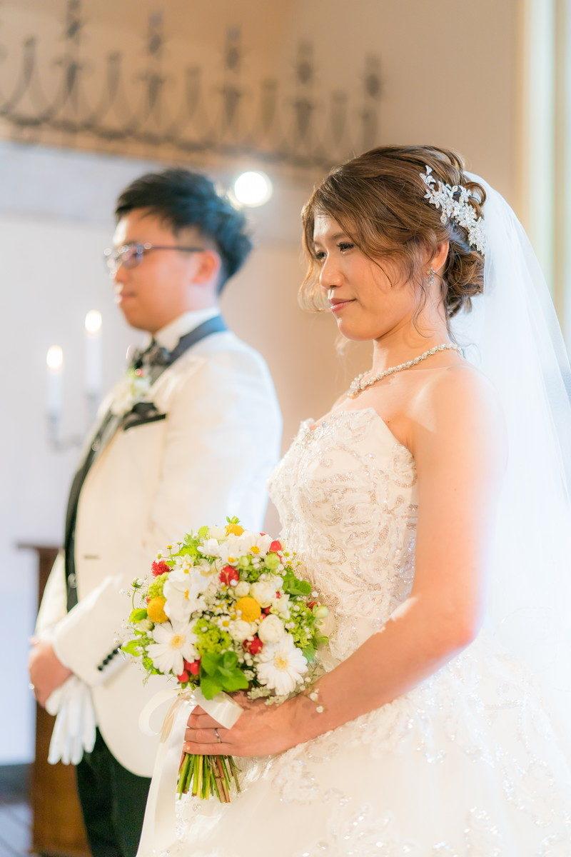 承認の拍手を受けてほっとする花嫁の表情
