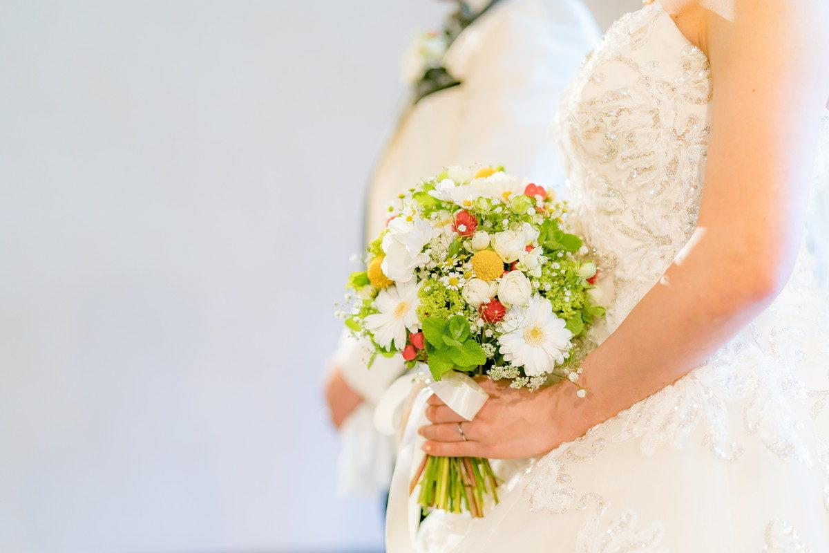 花嫁の持つ美しいブーケ
