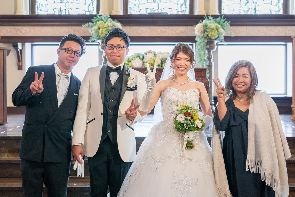 新婦ご友人夫妻と記念写真