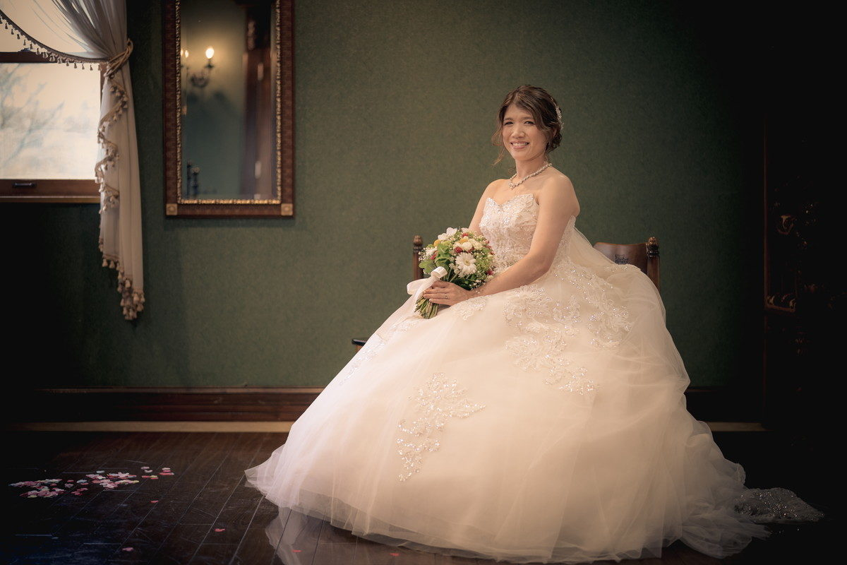 椅子に座ったウェディングドレス姿の花嫁