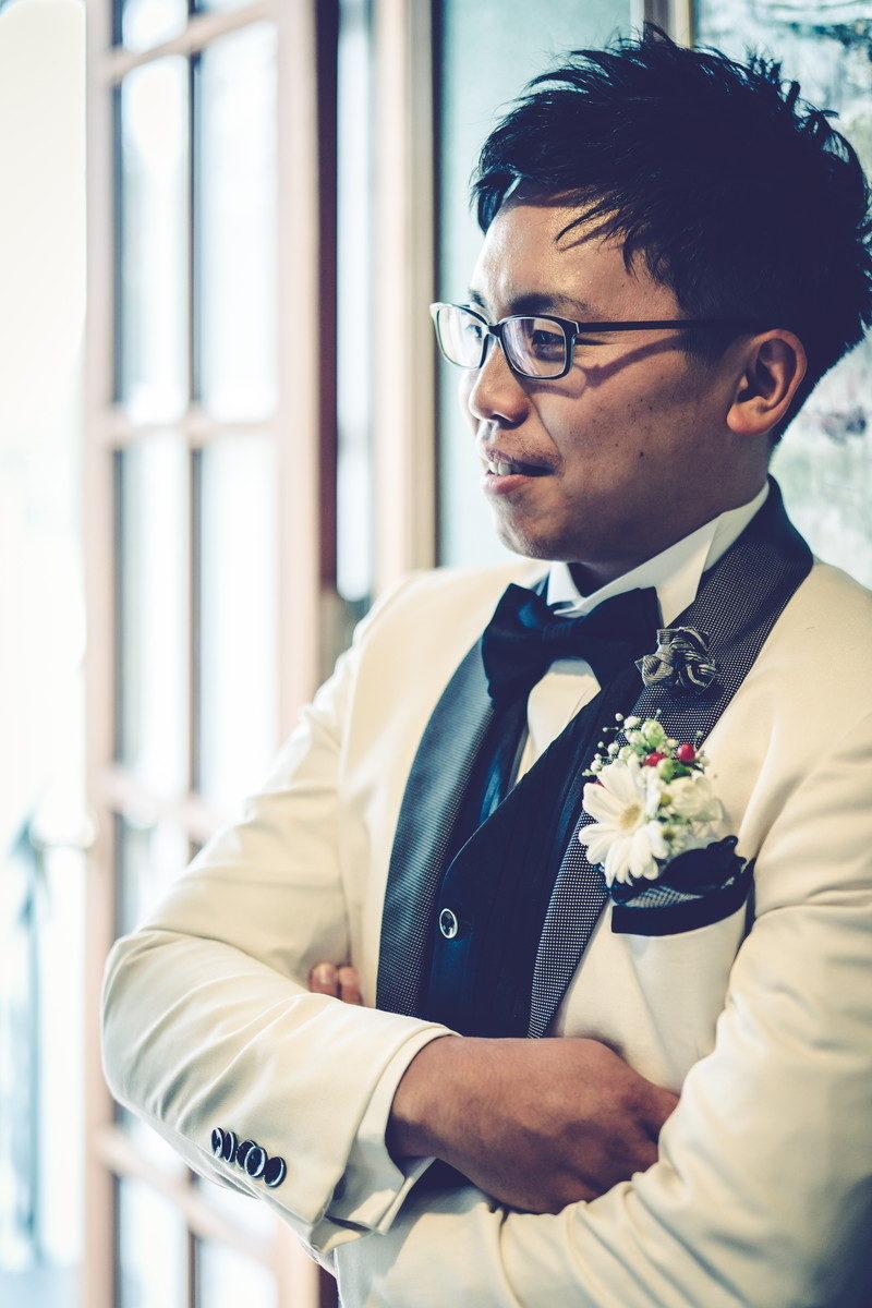 腕を組んで花嫁をやさしく見つめる新郎さん