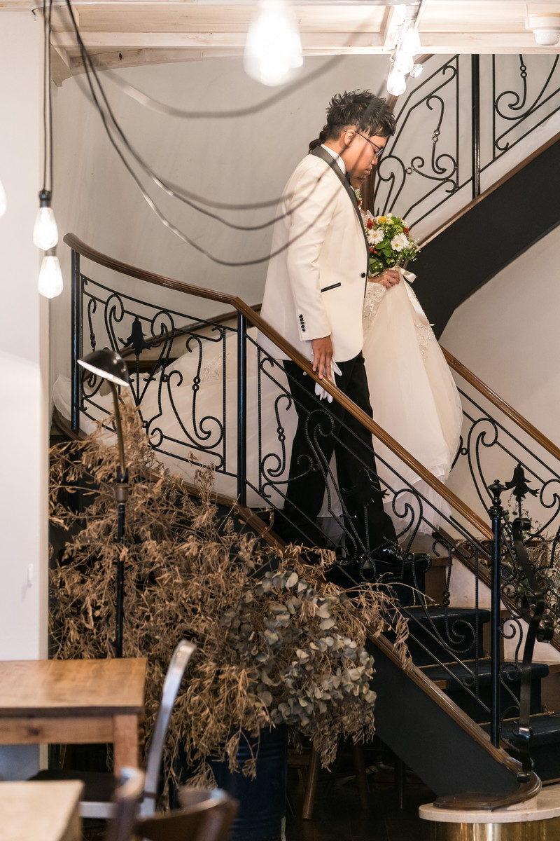 披露宴会場への階段をおりる新郎新婦