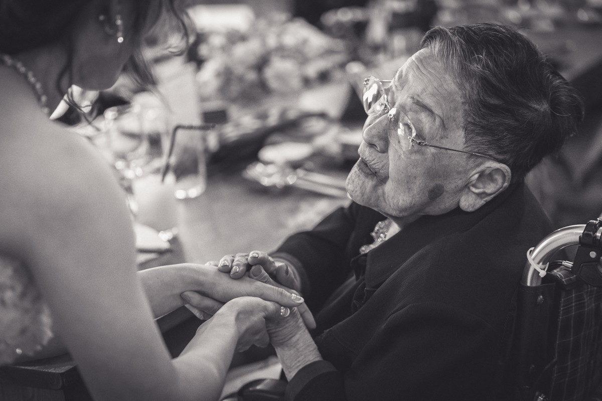花嫁の手を握り祝福をするおばあちゃん