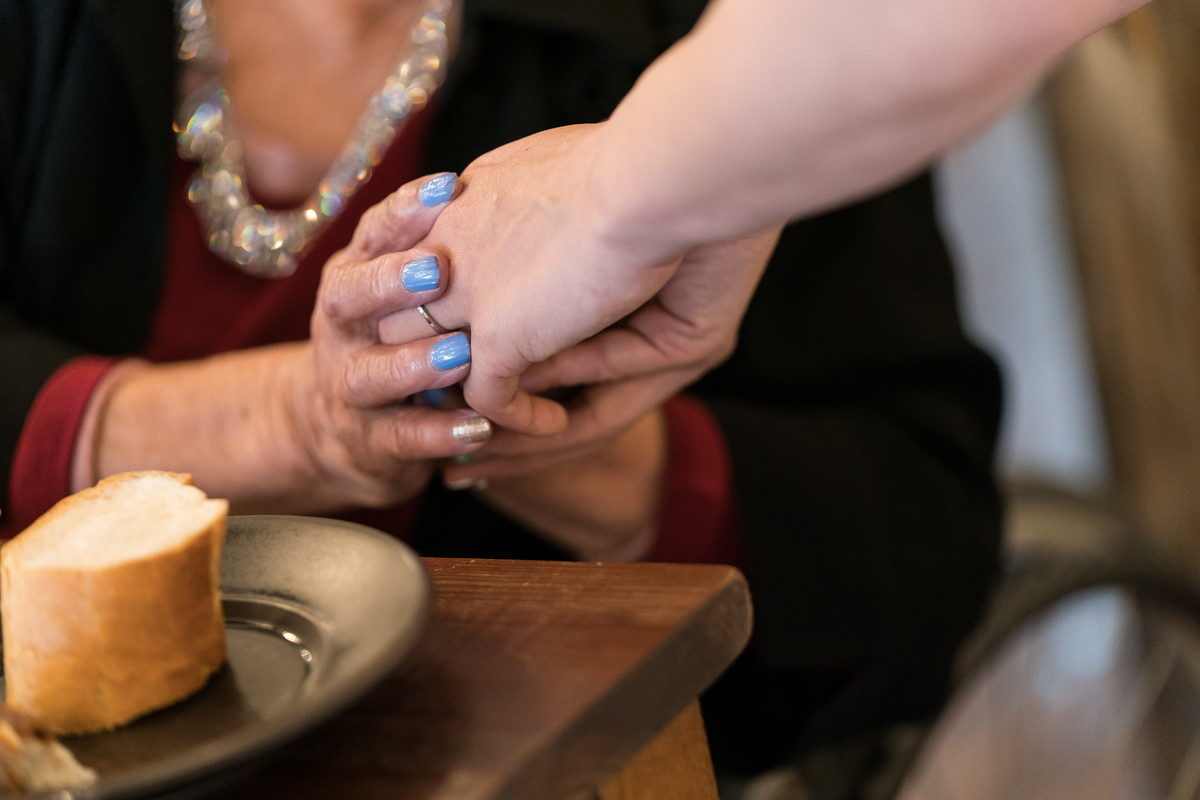 花嫁の手をしっかりと握るおばあちゃんの手