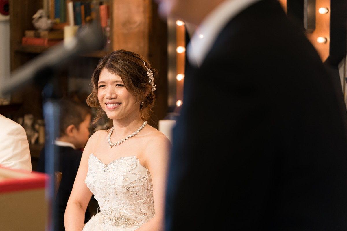 お祝いスピーチに笑顔の花嫁