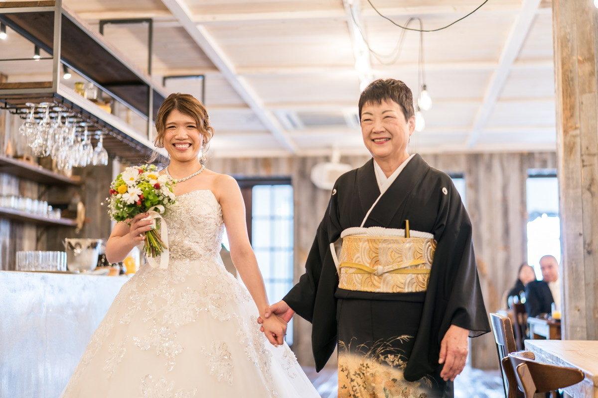 嬉しそうな笑顔のお母さんと花嫁さん