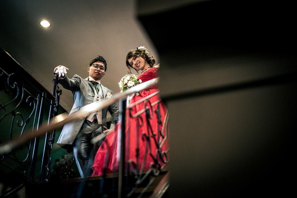 階段を見上げると新郎新婦のお二人が