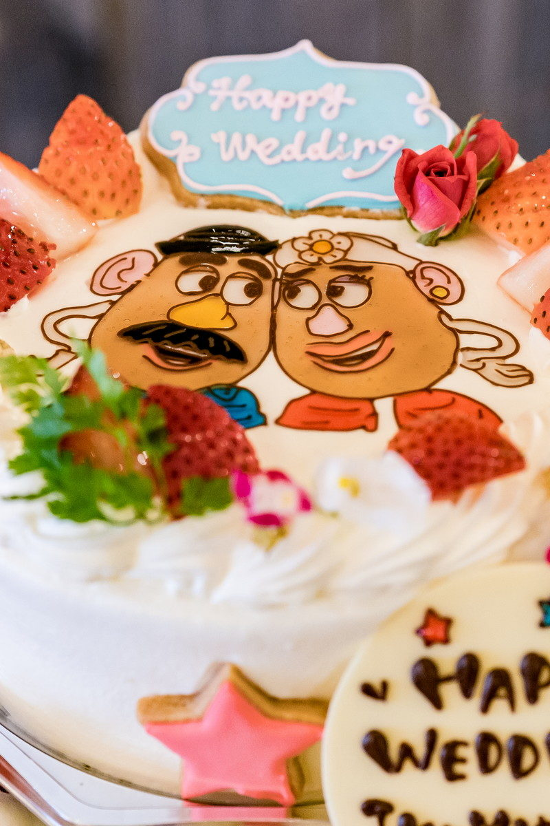 新郎新婦となったポテトヘッドの書かれたウェディングケーキ
