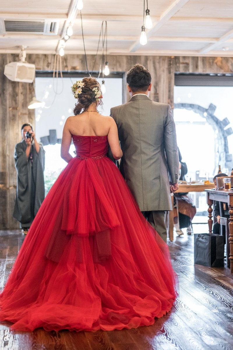赤のドレス 後ろ姿も素敵ですね