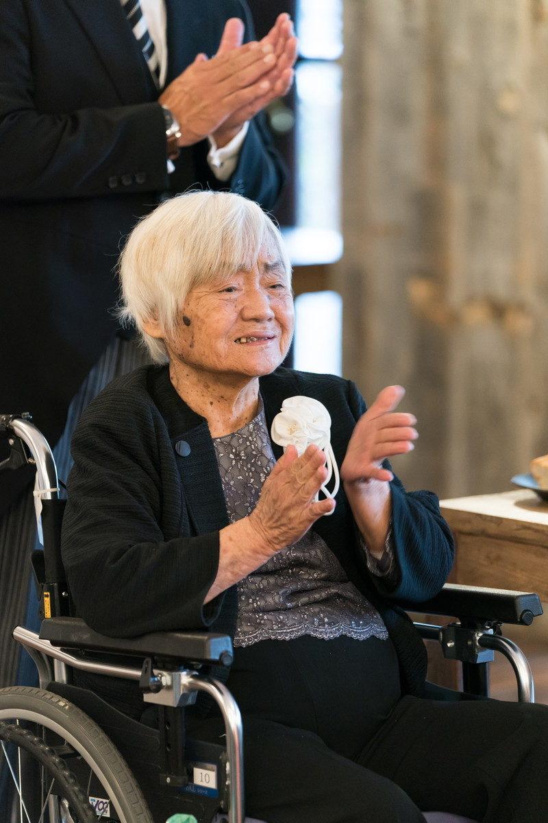 おばあちゃんも拍手をして「おめでとう」