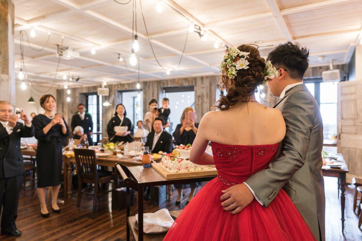 花嫁をそっとサポートする手に新郎の優しさをかんじます