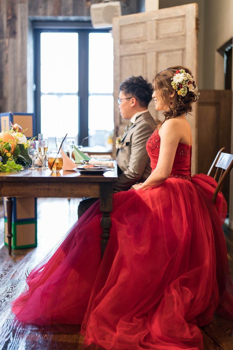 姿勢よく座っている花嫁はとても美しいです