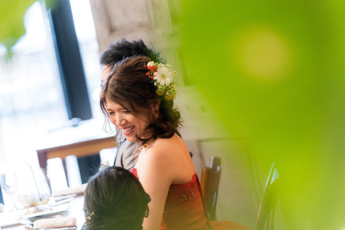 お姉さんと笑顔で会話する花嫁 仲いいんです