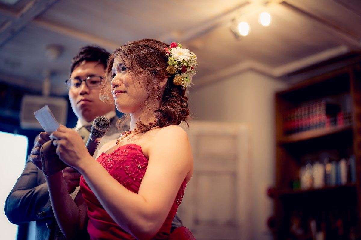 涙をこらえながら手紙を読む花嫁
