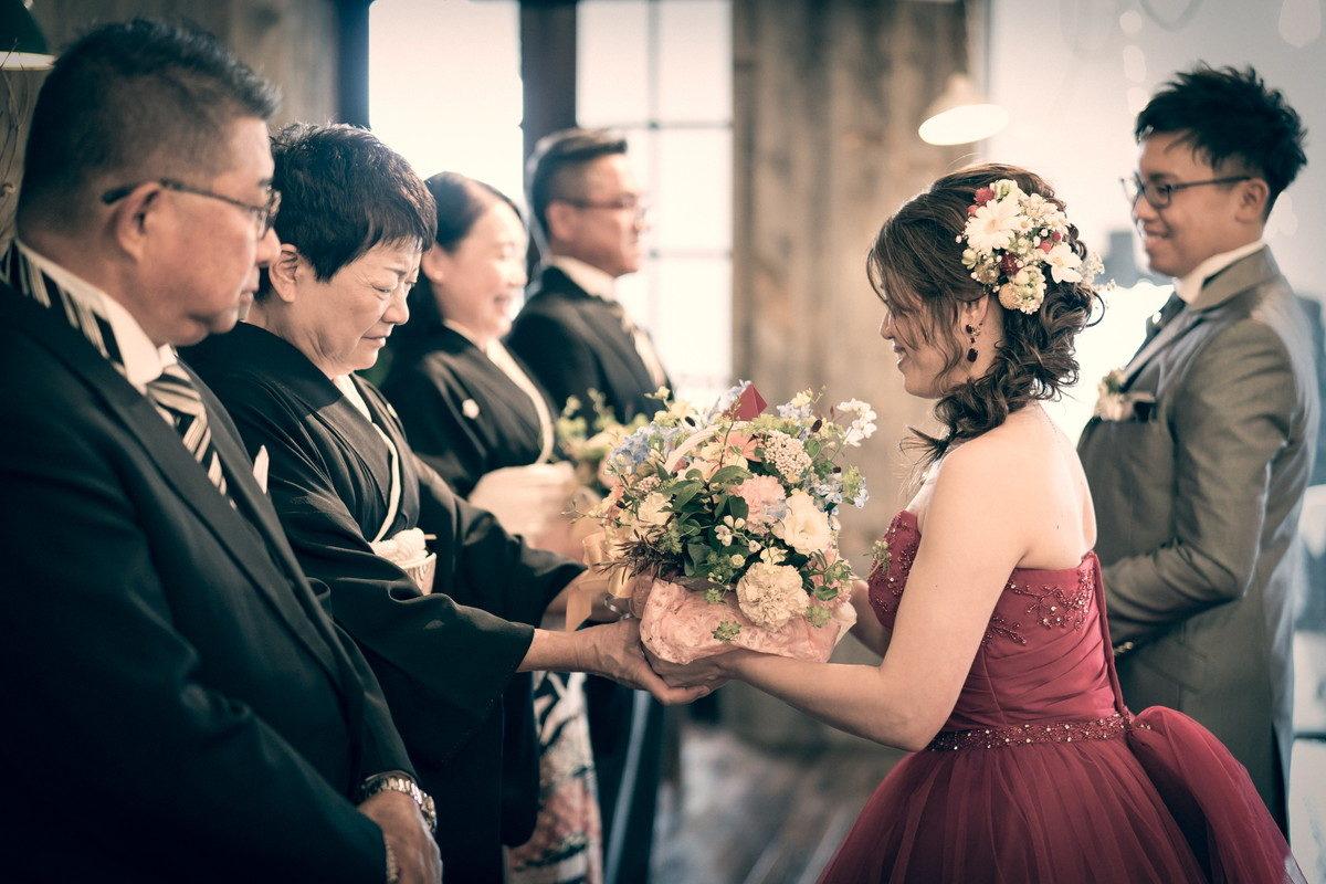 感謝の花束をお母さんに手渡します